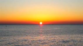 Sonnenaufgang über dem Ozean stock video footage