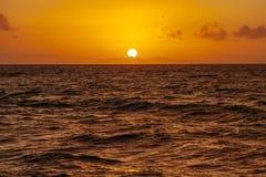 Sonnenaufgang über dem Ozean in Cancun mexiko stockbilder