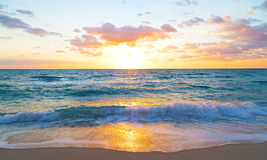 Sonnenaufgang über dem Ozean im Miami Beach, Florida Stockfotos