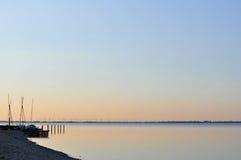 Sonnenaufgang über dem See Stockbild