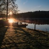 Sonnenaufgang über dem See in Finnland am Frühherbstmorgen Stockfotografie