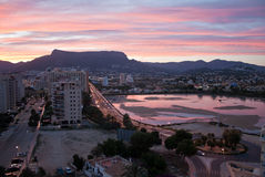 Sonnenaufgang über dem Sommermittelmeererholungsort Calpe in Costa Blanca, Spanien Vogelperspektive von Gebäuden - Hotels und Woh Stockfotografie