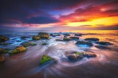 Sonnenaufgang über dem Strand Schöner Morgen über dem Meer, Naturtapete lizenzfreies stockfoto