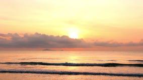 Sonnenaufgang über dem tropischen Seeküstenstrand stock video footage