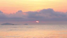 Sonnenaufgang über dem tropischen Seeküstenstrand stock video
