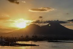 Sonnenaufgang über dem Vesuv vom Hafen von Neapel lizenzfreie stockbilder