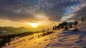 Sonnenaufgang über dem Winter-Berg stock video footage
