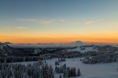 Sonnenaufgang über den Alpen stockbilder