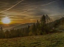 Sonnenaufgang über den Bergen Lizenzfreie Stockfotos