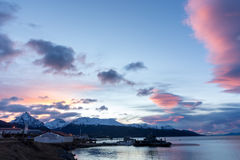 Sonnenaufgang über den Bergen stockfotos