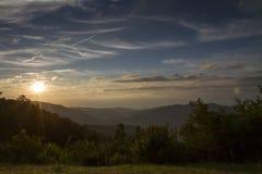 Sonnenaufgang über den Bergen der blauen Kante Stockbilder