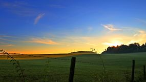 Sonnenaufgang über den Feldern Lizenzfreies Stockfoto