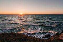 Sonnenaufgang über den Wellen, die das dänische Ufer zerschmettern Lizenzfreies Stockbild