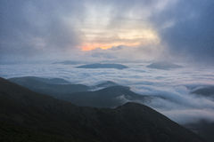 Sonnenaufgang über den Wolken, Berg Cucco, Umbrien, Apennines, Italien lizenzfreies stockfoto