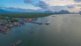 Sonnenaufgang über der Gruppe von Inseln in Phangnga-Golf Lizenzfreies Stockfoto