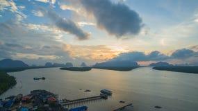 Sonnenaufgang über der Gruppe von Inseln in Phangnga-Golf Lizenzfreie Stockbilder
