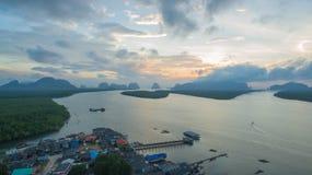 Sonnenaufgang über der Gruppe von Inseln in Phangnga-Golf Stockfotografie
