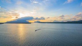 Sonnenaufgang über der Gruppe von Inseln in Phangnga-Golf Lizenzfreies Stockbild