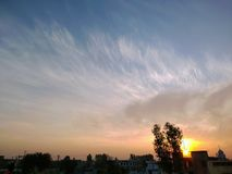 Sonnenaufgang über der Landschaft eines Dorfs lizenzfreie stockbilder