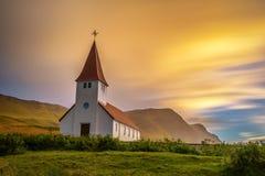Sonnenaufgang über der lutherischen Kirche in Vik, Island stockfoto