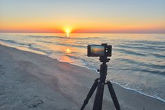 Sonnenaufgang über der Seeküste Feuerkugel der Sonne über dem horizo lizenzfreies stockfoto