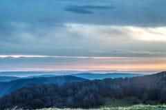 Sonnenaufgang über einem Gebirgszug stockbild