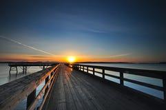 Sonnenaufgang über einem hölzernen Pier Stockfotos