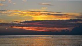 Sonnenaufgang über einem Ozean in Bali, Indonesien. mit Audio stock footage