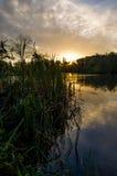 Sonnenaufgang über einem See Stockfotos