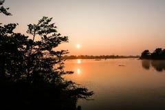 Sonnenaufgang über einem See innerhalb des udawalawe Nationalparks, Sri Lanka lizenzfreie stockfotos