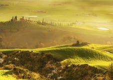 Sonnenaufgang über einem toskanischen Tal Stockbild