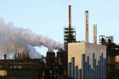 Sonnenaufgang über einer Fabrik Lizenzfreie Stockbilder