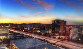 Sonnenaufgang über einer Landstraße in Irvine lizenzfreie stockbilder