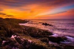 Sonnenaufgang über felsiger Küste und dem Atlantik an der Acadia-Nation Stockfotos
