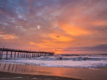Sonnenaufgang über Fischenpier bei Nord-Carolina Outer Banks lizenzfreies stockfoto