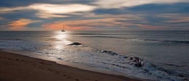 Sonnenaufgang über Fischerboot des Strandes und der Charter in San Jose Del Cabo in Baja California Mexiko Stockfotos