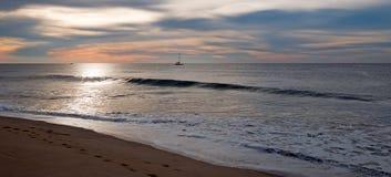Sonnenaufgang über Fischerboot des Strandes und der Charter in San Jose Del Cabo in Baja California Mexiko Stockbilder