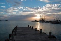 Sonnenaufgang über Fischerbooten Puerto Juarez Cancun Mexiko/Schleppnetzfischer und Docks und Pier und Anlegestelle und Uferdamm stockbilder