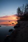 Sonnenaufgang über Fluss nahe dem Ufer Lizenzfreie Stockfotos