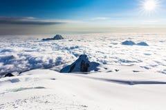 Sonnenaufgang über Gebirgsspitzen bewölkt Huayna Potosi, Bolivien Reise Stockbild