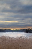 Sonnenaufgang über gefrorenem See lizenzfreies stockfoto