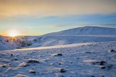 Sonnenaufgang über gefrorenem Wasserfall in Süd-Island Stockfotografie