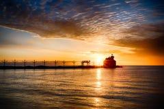 Sonnenaufgang über großem See stockfotos