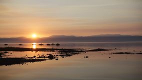 Sonnenaufgang über haarscharfem See stock footage