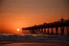 Sonnenaufgang über Horizont und Fischenpier lizenzfreie stockfotografie