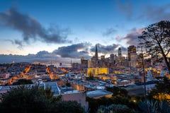 Sonnenaufgang über im Stadtzentrum gelegenem San Francisco stockfotografie