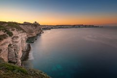 Sonnenaufgang über Klippen und Mittelmeer bei Bonifacio in Korsika Stockbild