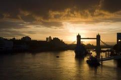 Sonnenaufgang über Kontrollturm-Brücke Stockfotografie