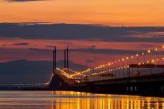Sonnenaufgang über Meer und Brücke in Georgetown, Penang, Malaysia Stockbild