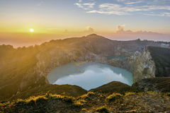 Sonnenaufgang über Nationalpark Kelimutu mit Tiwu Nuwa Muri Koo Fai und Tiwu Ata Polo Stockbild